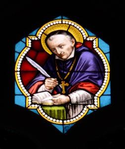 Franz von Sales auf einem Kirchenfenster.
