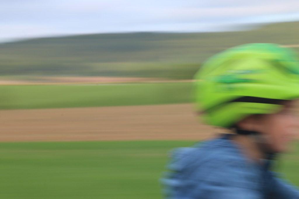 Ein Kind fährt schnell Fahrrad